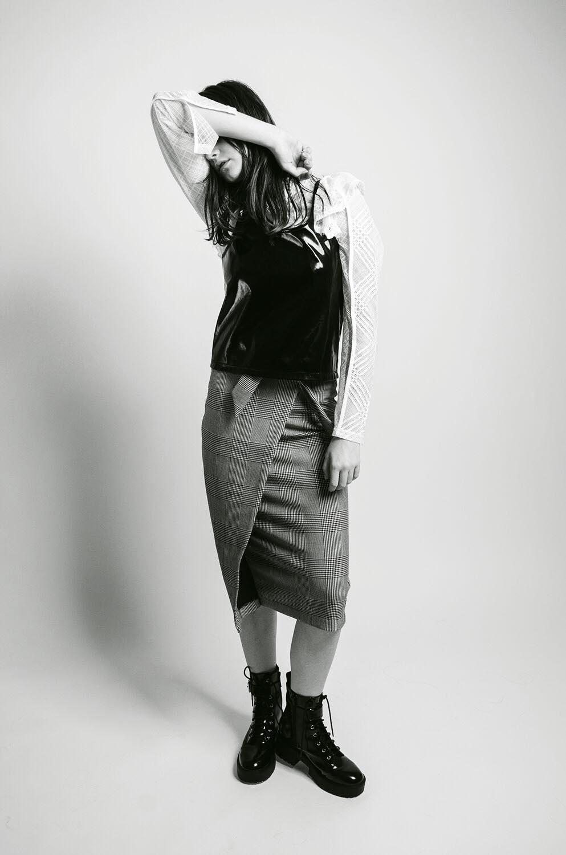Blusa  H&M ,  leather top   Manila,  falda y botas  H&M.