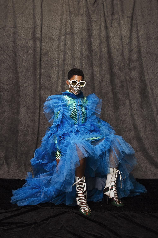 Vestido tul y vestido de terciopelo: Anthony Rivera, botas y lentes: Gucci, tapabocas: Ale Cardenas Designs.