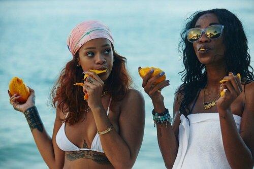 Rihanna con su amiga Melissa Forde, Oahu, Hawaii, 2015.Credito: via Dennis Leupold/Phaidon